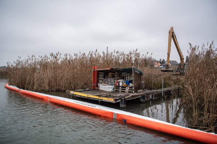 Merülőhálóval védték meg a víztestet az olajtól Fotó: Bődey János/Telex